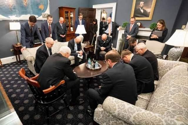 دعای دفع بلا در جلسه ستاد بحران کرونا در کاخ سفید