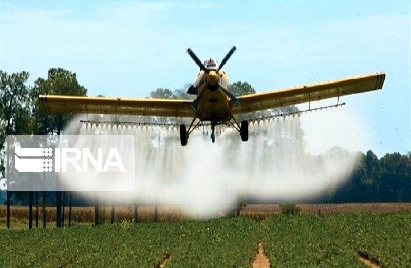 خبرنگاران عملیات آماده سازی باند فرود هواپیمای سمپاش در آبادان شروع شد